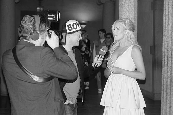 Jessica Andersson anländer till stadshuset och blir intervjuad av Aftonbladets TV och Tobbe Ek. Foto: Peter Ahlborg
