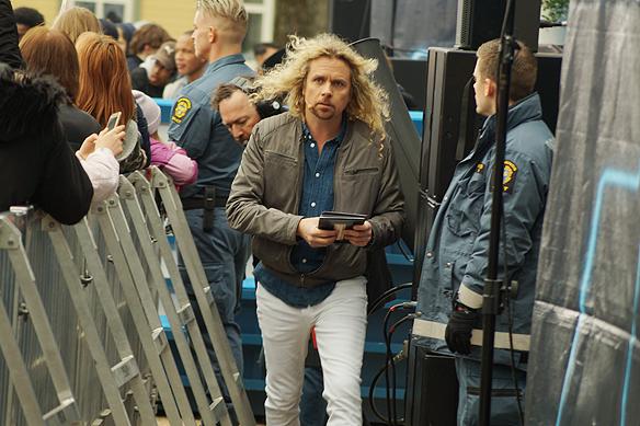 """Christian """"Kicken"""" Lundqvist har fullt upp under TV-inspelningen i Vänersborg, när Postkodlotteriet besökte staden den 15 april 2018. Foto: Peter Ahlborg"""