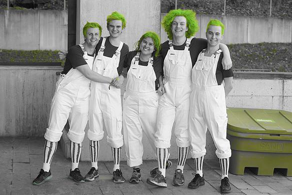 Här ett glatt gäng studenter på Chalmers i Göteborg som ska servera gäster med sitt gröna hår den 21 april 2018. Foto: Peter Ahlborg