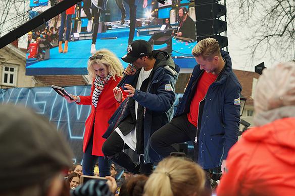 Samir & Viktor var gästartister under när Postkodlotteriet kom till Vänersborg. Här lär de programledaren Sandra Dahlberg att shuffla. Foto: Peter Ahlborg