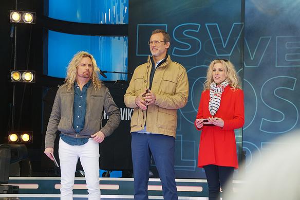 """De tre programledarna för Postkodlotteriet Christian """"Kicken"""" Lundqvist, Rickard Sjöberg och Sandra Dahlberg här på besök i Vänersborg den 15 april 2018. Foto: Peter Ahlborg"""