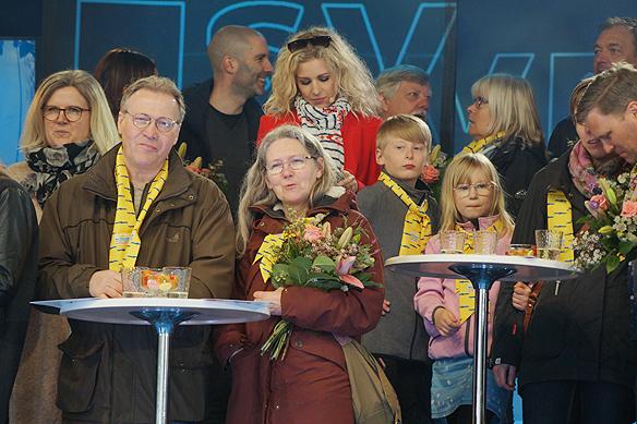 Några av de glada miljonärerna och vinnarna i Postkodlotteriet som var med i Grannyran i Vänersborg den 15 april 2018. Foto: Peter Ahlborg