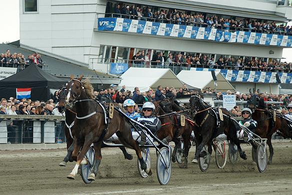 Hästen Ultra Bright med kusken Fredrik Persson vann loppet Lovely Godivas Minne före hästen Double Exposure med Örjan Kihlström. Första priset var 300 000 kronor. Loppet gick av stapeln den 28 april på Åby travbana. Foto: Peter Ahlborg