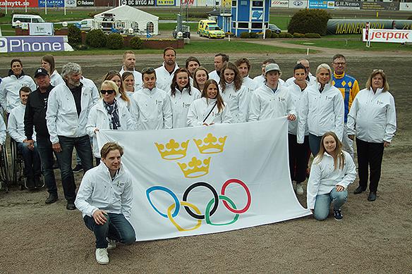 Olympier ställer här upp på en gruppbild under Olympiatravet 2018. Foto: Peter Ahlborg