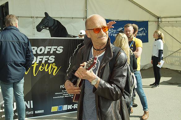"""Det blev många intressanta människomöten för Peter Ahlborg under Olympiatravet. Denna fascinerande kille tog med sig gitarren in på Åbytravet. """"Jag brukar alltid spela en trudelutt inne på Åbytravet, det är alltid lika uppskattat"""", säger killen med gitarren. Foto: Peter Ahlborg"""