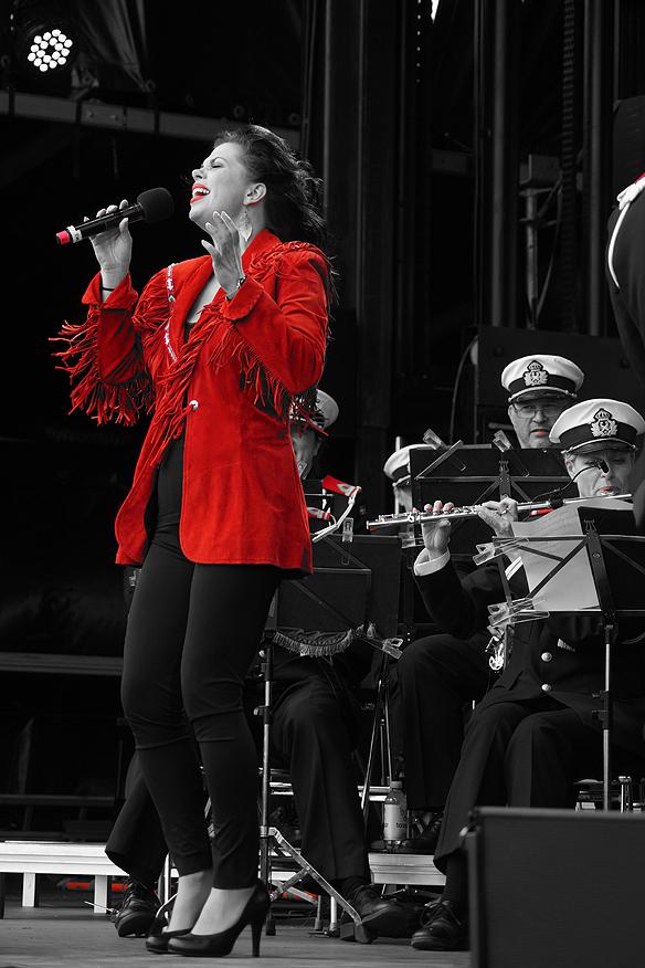 Musikalartisten Evelyn Jons uppträder på invigningskonserten på Volvo Ocean Race tillsammans med hemvärnets musikkår Göteborg, torsdagen den 14 juni 2018 i Frihamnen i Göteborg. Foto: Peter Ahlborg