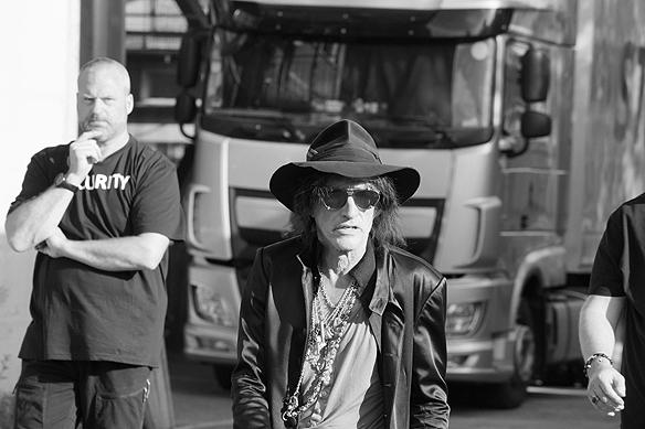 Först ut från bussen i superbandet Hollywood Vampires, denna kväll innan konserten på Liseberg, är Joe Perry, som var med och bilda det legendariska bandet Aerosmith. Foto: Peter Ahlborg