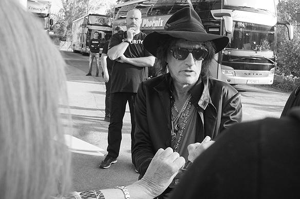 Joe Perry skriver några autografer innan konsten på Liseberg med super bandet Hollywood Vampires. Foto: Peter Ahlborg