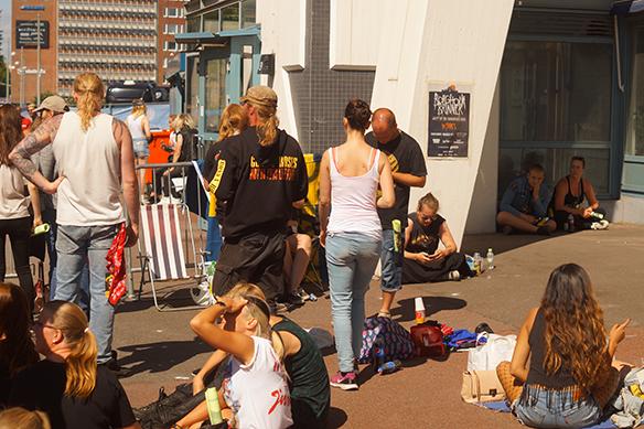 Här samlas fansen utanför Ullevi till kvällens konsert med Guns N' Roses. Klockan 17.00 är det insläpp. Foto: Peter Ahlborg