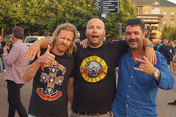 Här ett glatt gäng fans som om några minuter ska se sina idoler Guns N' Roses på Ullevi den 21 juli 2018. Längst till höger är Sven som gav bort en biljett tillPeterAhlborg. Foto:PeterAhlborg
