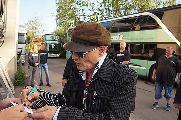 """Johnny Depp visade sig vara ödmjuk mot sina fans som väntade på honom utanför Liseberg, Göteborg den 6 juli 2018. """"Vet inte om jag någonsin har sätt en så berömd människa av din dignitet som skriver så många autografer och ställer upp för sina fans som du, stor eloge till dig Johnny Depp"""", säger Peter Ahlborg om mötet med superstjärnan. Foto: Peter Ahlborg"""