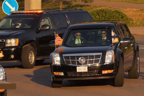 """Här i baksätet sitter Donald Trump när han färdas i sin säkerhets bil """"The Beast"""" på väg till flygplatsen i Helsingfors. Foto: Peter Ahlborg"""