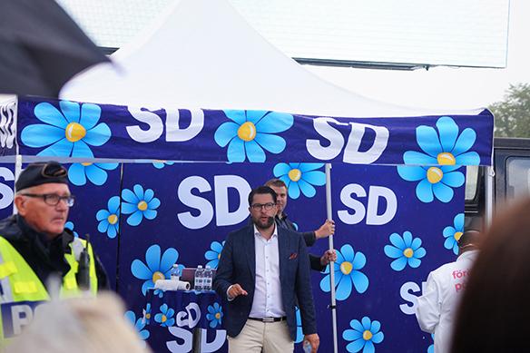"""Jimmie Åkesson berättar under ett torgmöte i Vänersborg att ett av de viktigaste budskapen i dagens politik är synen på vilket samhälle vi ska ha i framtiden och synen på integrationen. """"Vi menar att människor som kommer till vårt land – måste anpassa sig till vårt land"""", säger Jimmie Åkesson. Foto: Peter Ahlborg"""