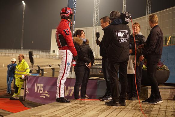Johan Untersteiner i vinnarcirkeln där han blir intervjuad av TV 12 som bevakar denna V 86 omgång på Åby och Solvalla. Foto: Peter Ahlborg