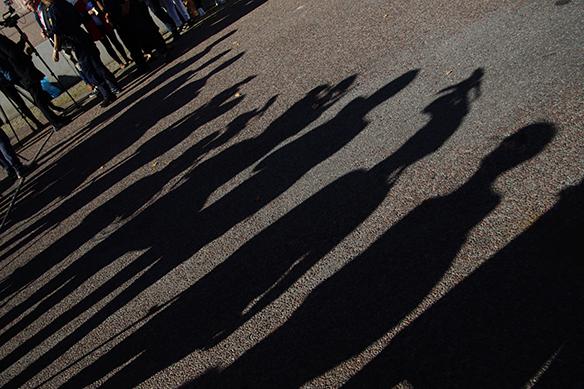 Fina skuggor i det fina vädret här på oss fotografer och kameramän som står och väntar i det soliga vädret medan Stefan Löven är inne och röstar. Foto: Peter Ahlborg