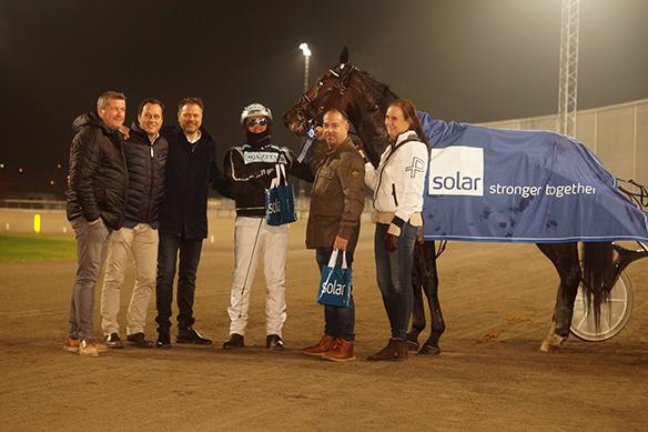 Robert Bergh tillsammans med sponsorerna Solar här tillsammans med vinnaren Promo Kemp. Foto: Peter Ahlborg