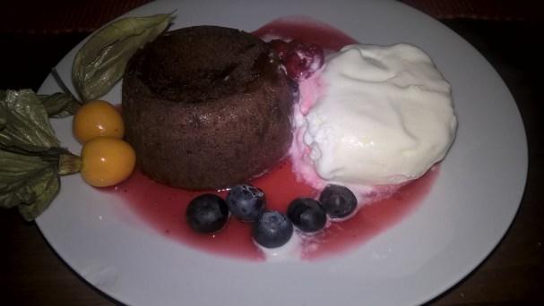 Min efterrätt - chokladfondant med glass, halloncoulis och färska bär. Galet gott! Martin åt creme brulee som jag dock inte hann fota.... ;)