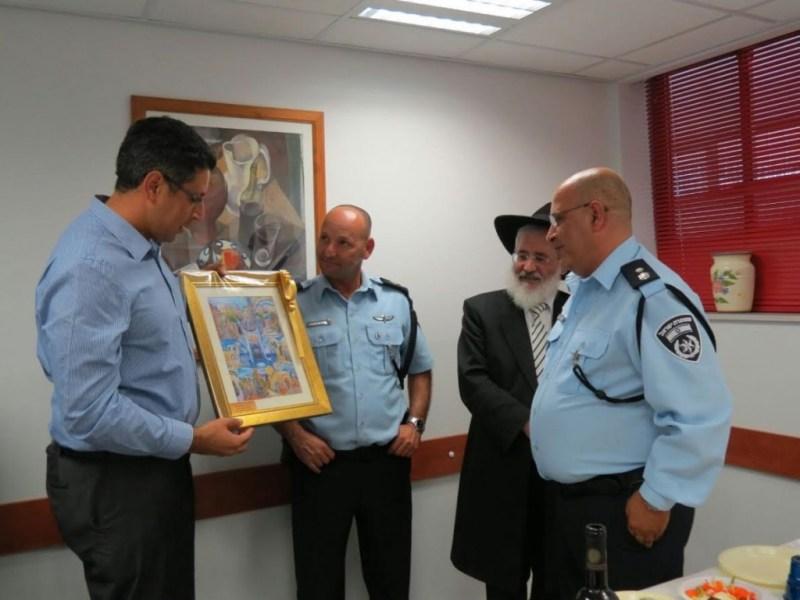 """בשם העיר צפת: ראש עיריית צפת, העניק תמונה למפקד היצוא, סנ""""צ, יורם אזולאי."""