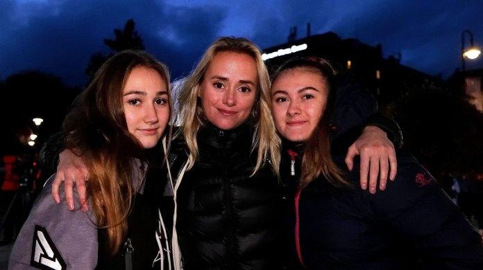 STØTTET DE UNGE: Helsesista, Tale Maria Krohn Engvik, i midten, sammen med de to 17-åringene Kaisa Lystvet (t. h.) og Amalie Solberg.