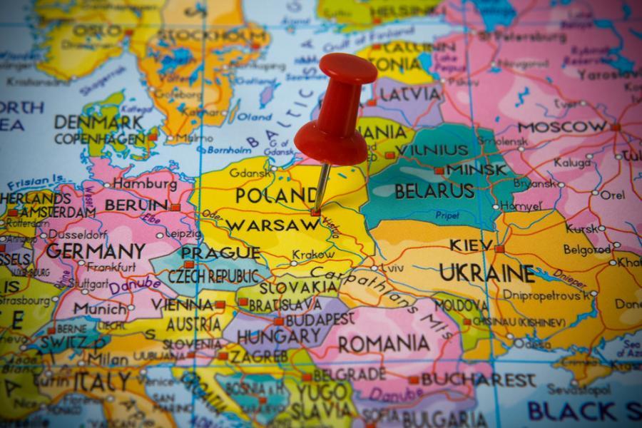 <b>Polska</b><br><br>W Polsce możemy liczyć na 1 tys. zł tzw. becikowego. Stały zasiłek z tytułu wychowania dziecka przysługuje tylko tym rodzinom, w których dochód netto nie przekracza 539 zł na osobę.  <br><br>Wysokość zasiłku wynosi miesięcznie: 77,00 zł na dziecko w wieku do ukończenia 5 roku życia, 106,00 zł na dziecko w wieku powyżej 5 roku życia do ukończenia 18 roku życia, 115,00 zł na dziecko w wieku powyżej 18 roku życia do ukończenia 24 roku życia.