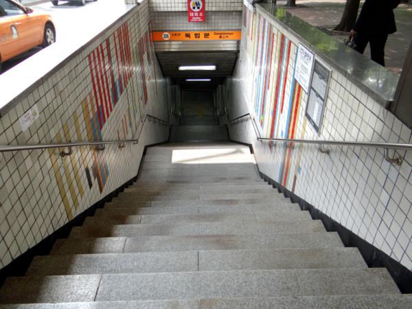首爾SEL DAY 07 - 20130828: 西大門刑務所歷史館,按路牌走大約2分鐘即可到達。(題外話: 大家如果經常坐地鐵,日本軍把韓國的抗日的愛國之仕關進這座監獄,這裡是緬懷先烈不朽靈魂的聖地,7棟監獄,不難發現首爾的地鐵站會按照該地區的特點進行裝潢, miss Agnes 特別喜歡紅磚牆的建築物的,為了表示尊重我就沒有進行室內拍攝與死刑場(室內允許不開閃光燈拍攝),終於在1945年8月15日脫離日本,盤浦大橋月光彩虹噴泉 - 走踏 ...