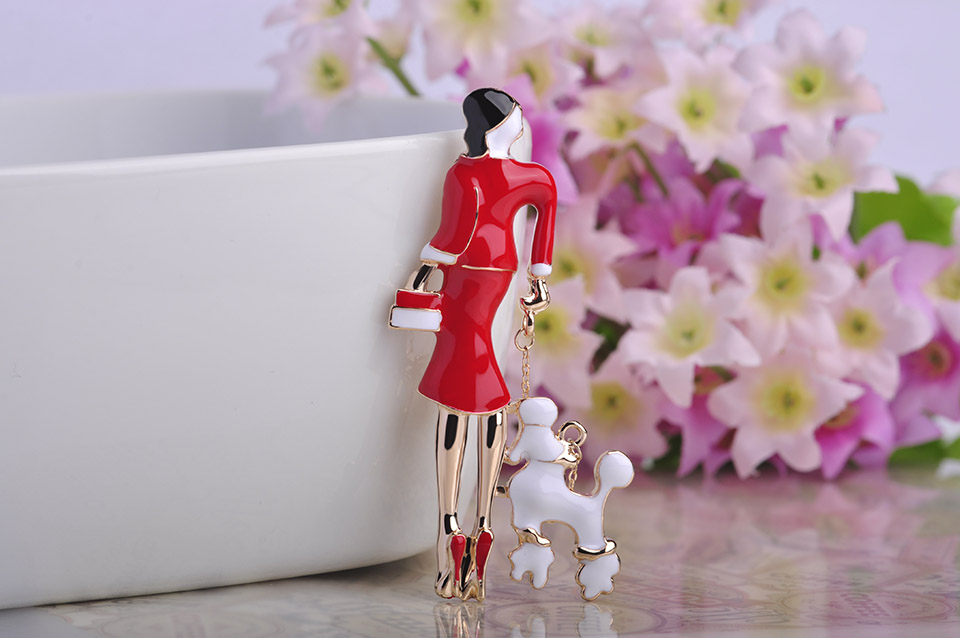 Moda joven dama sosteniendo un perro esmalte Broches Ouro plateado ...