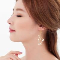Women Wearing Pearl Earrings With Luxury Images  playzoa.com