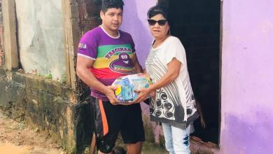 Foto de Fátima Araújo entrega cestas básicas para desabrigados