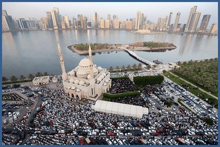 Muslimiinta oo ku tukanaya banaanka Masjidka Alnuur, Shaariqa,UAE