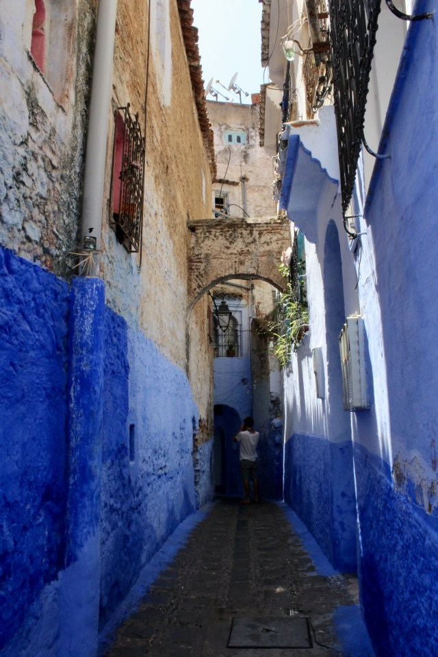 chefchaouen alleyway