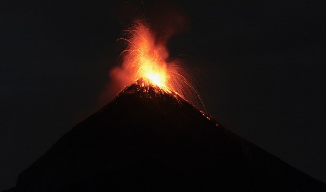fuego eruption hiking volcan Acatenango