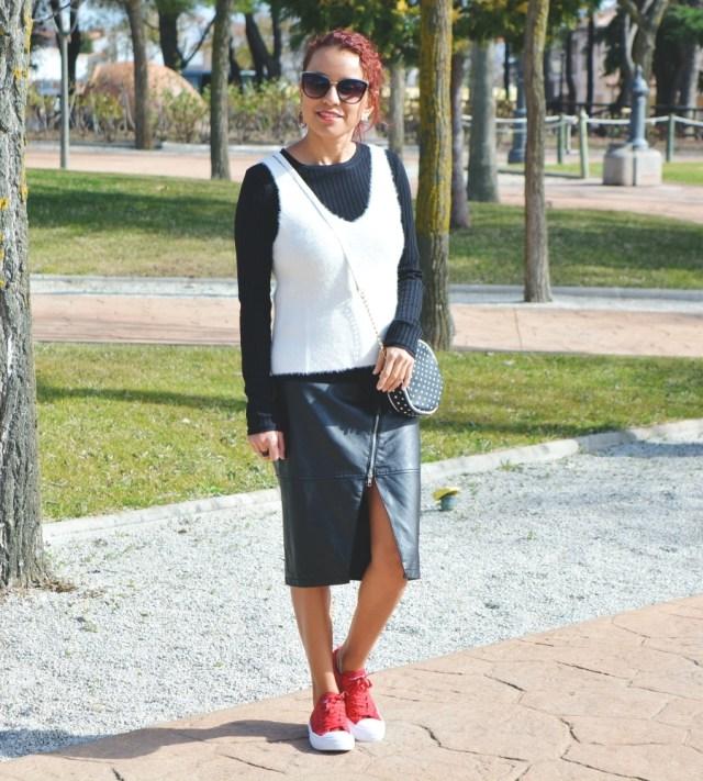 Look blanco y negro con deportivas rojas 3