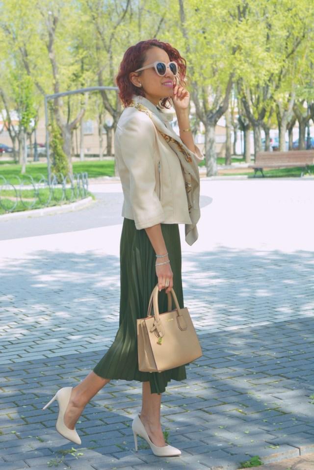 Outfit con falda midi