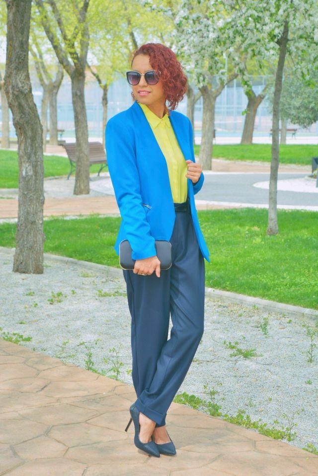 Look con azul y amarillo