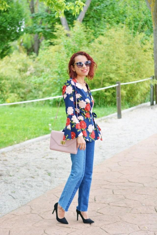 Look casual con blusa de flores