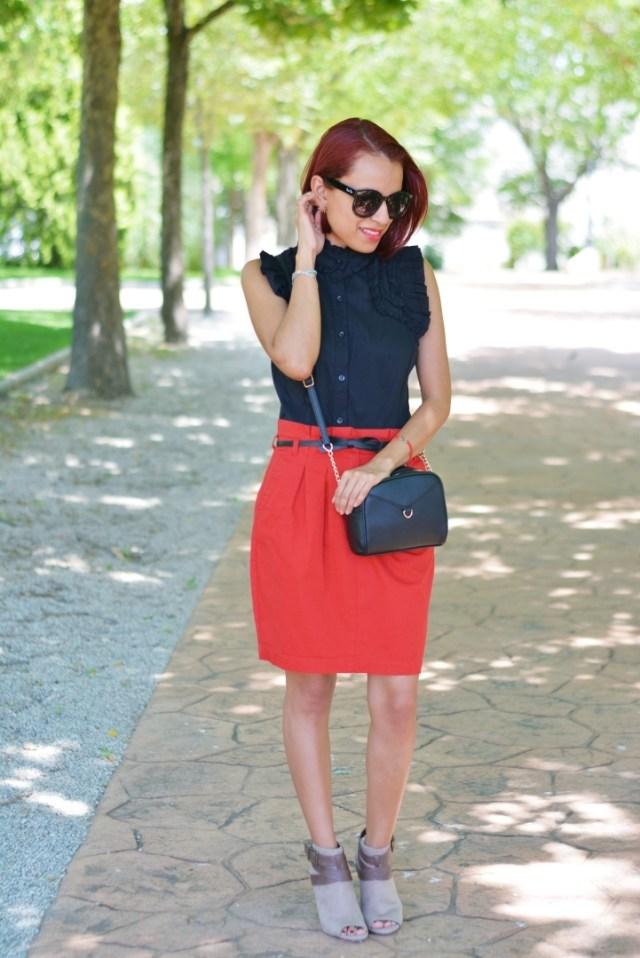 Blusa negra y falda roja