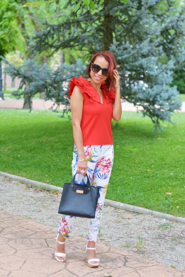 Outfit con blusa roja
