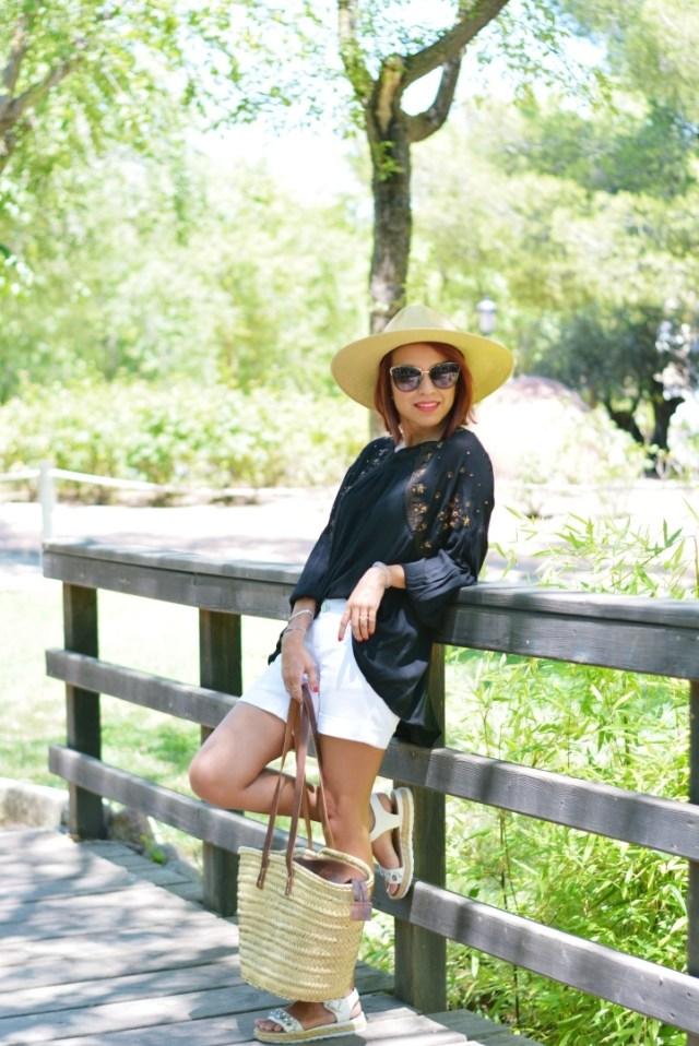 Shorts blancos y blusa negra