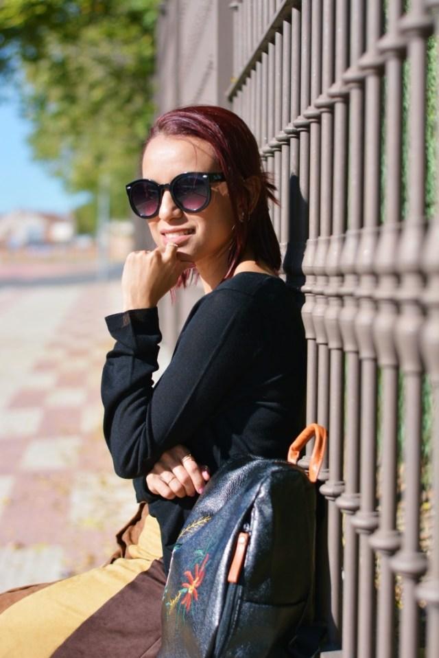 Look otoñal con mochila negra