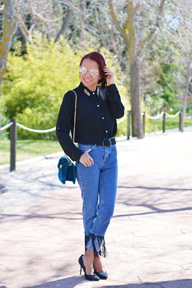 Camisa negra y jeans