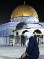 CORRECTION A Palestinian woman prays early morning in front of the Dome of the Rock mosque inside the sacred Al-Aqsa mosque compound, Islam's third holiest shrine, in Jerusalem's Old City on the first Friday of the Muslim month of Ramadan on September 5, 2008.  AFP PHOTO/AHED IZHIMAN