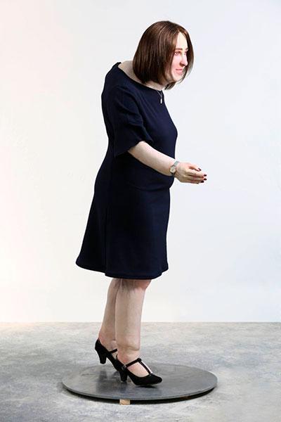 muñeca que simula la imagen de una empleada tras 20 años de trabajo de oficina