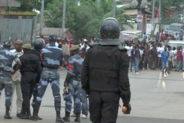 Face à face tendu entre la police et les militants de l'opposition