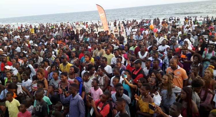 ambiance lors de la remise des deux véhicules / Gabonactu.com