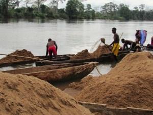 Le déchargement du sable regroupé en tas avant commercialisation © Gabonactu.com