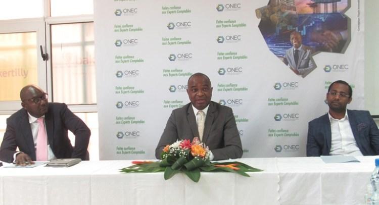 Le président de l'ONEC, Franck Sima Mba entouré de ses confrères experts comptables membres du bureau le 29 octobre durant la conférence de presse conjointe à Libreville © Gabonactu.com