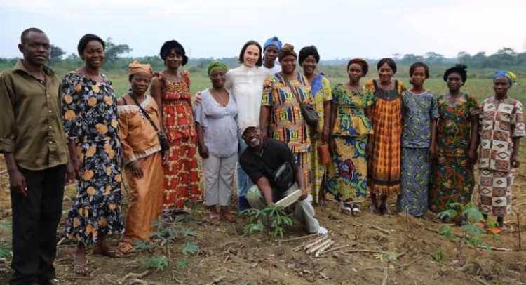 La Première Dame du Gabon, Sylvia Bongo Ondimba, posant pour la postérité avec les femmes gabonaises rurales © D.R