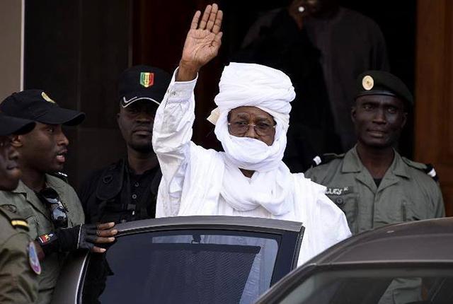 Hissène Habré, la main levée. © magazine-charilogone.over-blog.com