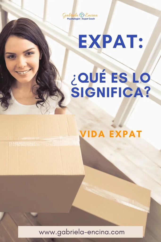 mujer expat mudándose