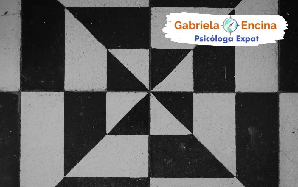 Como las distorsiones cognitivas afectan nuestra vida en el extranjero - Articulo de Gabriela Encina Psicologa Expat - Baldozas blanco y negro
